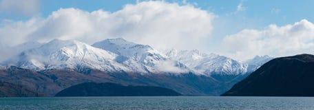 Взгляд горного вида панорамы красивый из зимы wanaka озера Стоковые Изображения