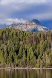 Взгляд горного пика от озера Стоковое Изображение RF