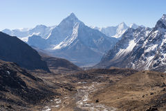Взгляд горного пика Ama Dablam от пропуска Chola Стоковые Изображения RF