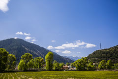Взгляд горного села лета пасмурный Стоковые Изображения RF