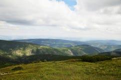 Взгляд горных пиков в гигантских горах Стоковые Изображения