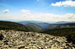 Взгляд горных пиков в гигантских горах Стоковое Изображение