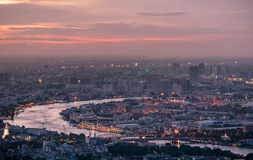 Взгляд города Бангкока на заходе солнца грандиозное wat phra дворца kaeo Стоковое Изображение
