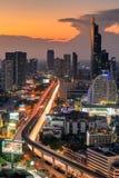 Взгляд города Бангкока центра города с светом следа автомобиля в Солнце Стоковое Изображение