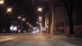 Взгляд города и дороги ночи Автомобиль камеры внутренний управляя за railway железной дороги горизонта расстояния моста протягива видеоматериал