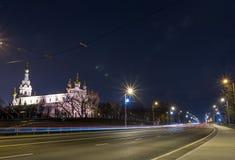 Взгляд города ночи с следами и церковью трамвая Стоковое Изображение RF