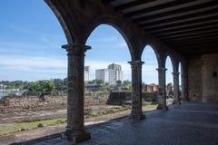Взгляд города через своды старого дома с голубым небом Стоковые Фото