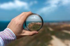 Взгляд города Anapa через призму в его руке Стоковое Изображение
