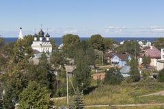 Взгляд города Belozersk и церков Все-милостивого спасителя с валом Belozersky Кремлем в зоне Vologda Стоковое Изображение