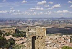 Взгляд города Montalcino и изумляя сельской местности Тосканы Стоковое Фото