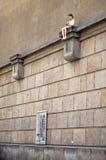 взгляд городка республики cesky чехословакского krumlov средневековый старый Klementium Скульптура девушки сидя на стене 15-ое ию Стоковое Фото