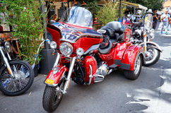 взгляд городка республики cesky чехословакского krumlov средневековый старый Красное мотоцилк на улицах Праги 18-ое июня 2016 Стоковые Фотографии RF