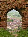 Взгляд городка через старый строб цитадели Стоковые Фотографии RF