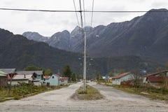 Взгляд городка Chaiten с горами на задней части. Стоковое фото RF