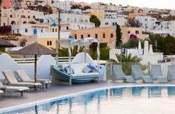 Взгляд городка Fira от курорта с бассейном Стоковая Фотография RF