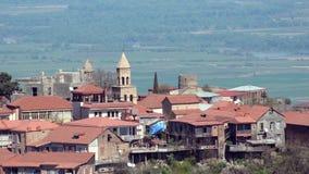 Взгляд городка Sighnaghi и долины Alazani близко Ясная солнечная погода, помох сток-видео