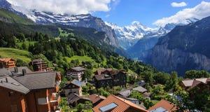 Взгляд городка Wengen, долины Jungfrau и Lauterbrunnen, Швейцарии Стоковое фото RF