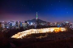 Взгляд городского городского пейзажа и Сеул возвышаются в Сеуле Корее Стоковая Фотография