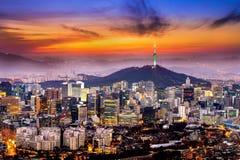 Взгляд городского городского пейзажа и Сеул возвышаются в Сеуле, Корее Стоковая Фотография