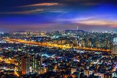 Взгляд городского городского пейзажа и Сеул возвышаются в Сеуле, Корее Стоковые Изображения