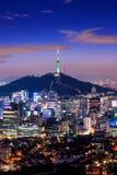Взгляд городского городского пейзажа и Сеул возвышаются в Сеуле Корее Стоковое Фото