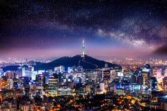 Взгляд городского городского пейзажа и Сеул возвышаются с млечным путем в Сеуле, Корее Стоковая Фотография