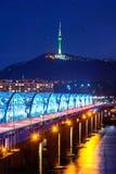 Взгляд городского городского пейзажа на мосте Dongjak и Сеул возвышаются над Рекой Han в Сеуле, Корее Стоковая Фотография