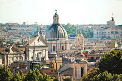 Взгляд городского пейзажа исторических зданий в Риме, Италии Яркий da Стоковое Изображение RF