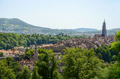 Взгляд городского пейзажа с собором Bern, Швейцарией стоковая фотография rf