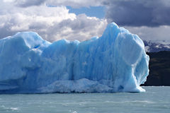 Взгляд горы айсберга на море Стоковое фото RF