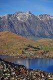 Взгляд горы и озера сценарный в Queenstown Стоковые Фотографии RF