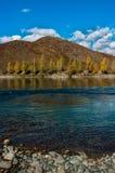 Взгляд горы и реки осенью Стоковое Изображение