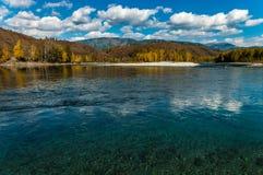 Взгляд горы и реки осенью Стоковые Фото