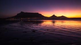 Взгляд горы таблицы, Кейптауна, Южной Африки во время захода солнца Стоковое Изображение