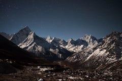 Взгляд горы Ama Dablam панорамный на звёздном Стоковое фото RF