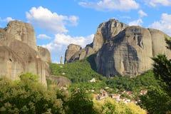 Взгляд гор и монастырей Meteora стоковое фото
