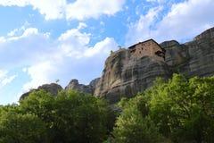 Взгляд гор и монастырей Meteora стоковые фотографии rf