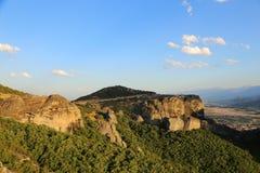 Взгляд гор и монастырей Meteora стоковые изображения