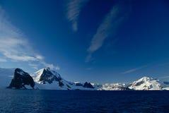 Взгляд гор и океана стоковое изображение rf