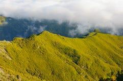 Взгляд гор на трассе Pico Ruivo - Encumeada, острове Мадейры, Португалии, Европе Стоковое Изображение RF