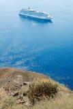 Взгляд голубого моря и белого корабля с высоким побережьем t Стоковые Фотографии RF