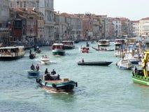 Взгляд грандиозного канала с мостом Rialto в Венеции Стоковые Изображения RF