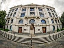 Взгляд глаза рыб скульптуры и здания суда Эдварда Дугласа белых Стоковое Фото