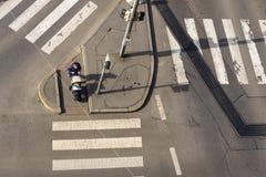Взгляд глаза ` s птицы женщины с ребенк в детской дорожной коляске ждать на пересечении пересекая бесплатно crosswalk Стоковая Фотография