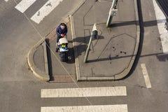 Взгляд глаза ` s птицы женщины с ребенк в детской дорожной коляске ждать на пересечении пересекая бесплатно crosswalk Стоковые Фотографии RF