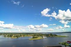 Взгляд глаза ` s птицы прибрежной деревни Lyapino на озере Seliger, зоне Tver стоковое изображение