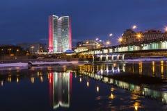 Взгляд Дома правительства моста Москвы, Novoarbatsky и их отражения в реке Москвы, Москва, Стоковая Фотография