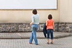 Взгляд 2 девушек на знамени рекламы Стоковые Фото