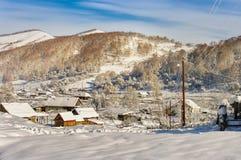 Взгляд деревни в горах на солнечный день в зиме Стоковое фото RF