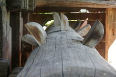 Взгляд деревянной оси водяной мельницы детальный стоковое фото